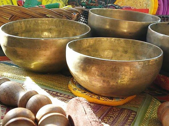 Emphasis-endless-knot-Tibetan-singing-bowls-11302017.jpg
