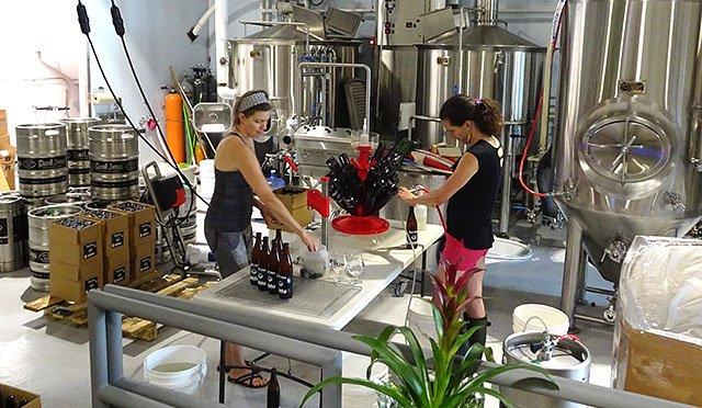 Beer-Giant-Jones-filling-bottles-crRobinShepard-07262018.jpg
