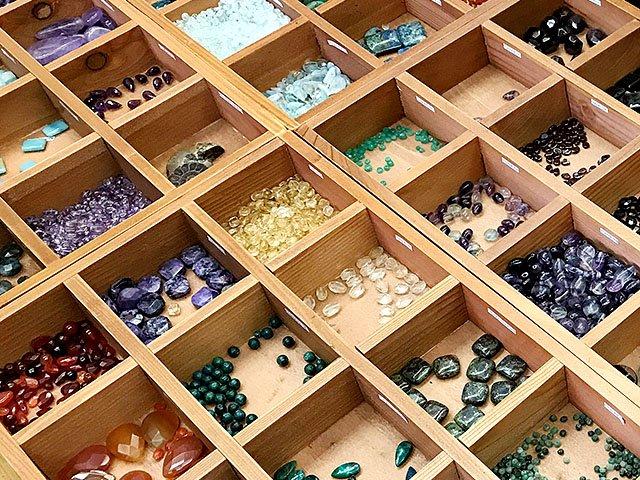 Emphasis-Mimosa-gifts-stones-crLatasiaDhami-08092018.jpg