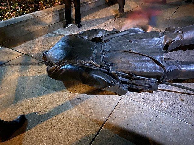 Heg statue on ground