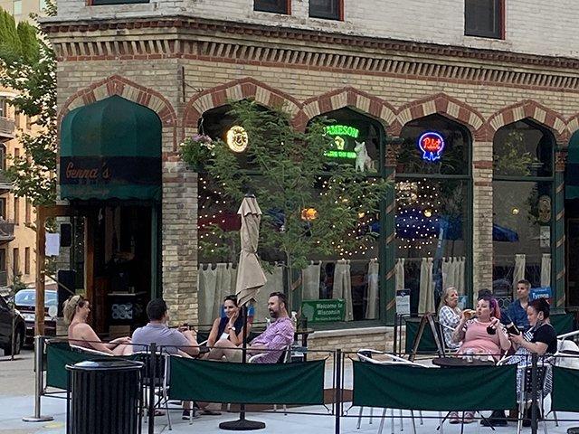 Genna's Cocktail Lounge